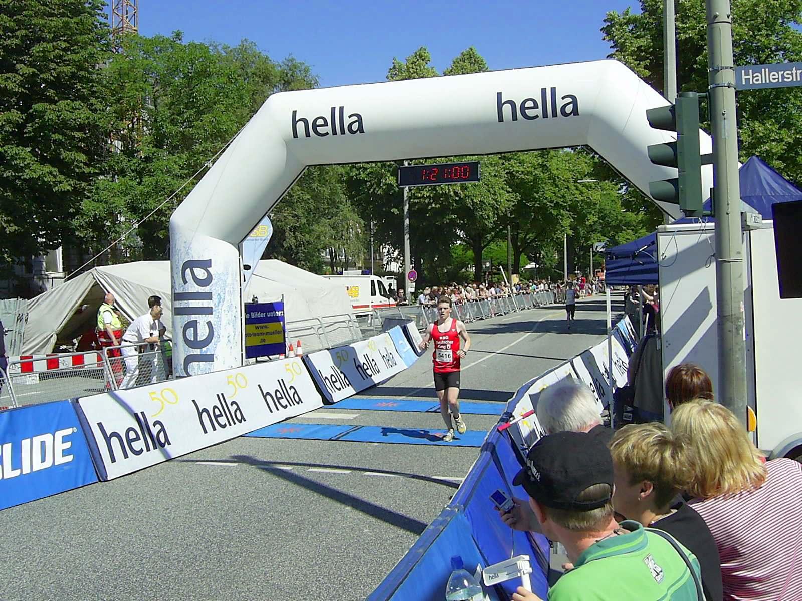 16. hella Halbmarathon 2010: Zieleinlauf Hans-Björn Ahrens, 24.